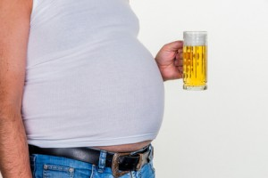 Mann mit Übergewicht. Symbolfoto für Bierbauch, erfolglose Diäten und falsche Ernährung.